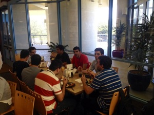 Bem vindos à UCSD! Os alunos chegaram à San Diego no sábado e já começaram a programação da semana! Primeiro almoço no restaurante Ocean View! Hora de planejar a semana de estudos, passeios e compras!